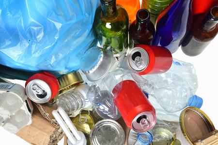 basura que consiste en latas, botellas de plástico, botella de vidrio, cartón, tetrabrik, latas y bulbo Foto de archivo