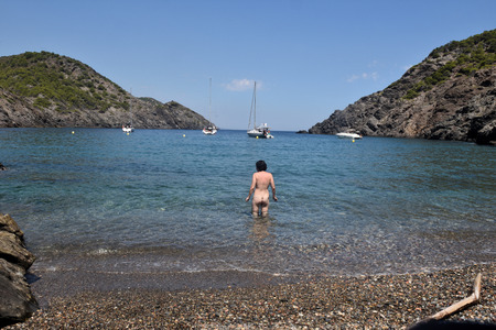 Nudist woman on a beach Banque d'images - 107680234