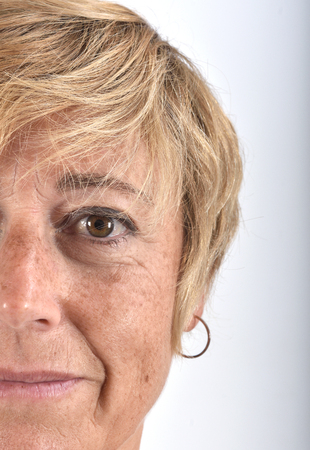 primo piano del volto di una donna di mezza età