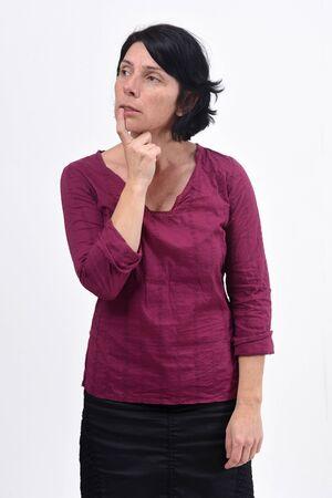 femme ayant un doute ou une question sur fond blanc