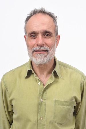 portrait d'un homme sur fond blanc