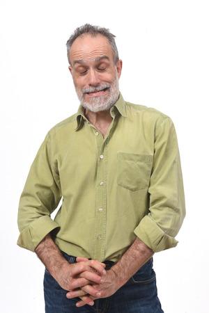 Mann gähnt auf weißem Hintergrund