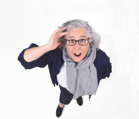 Mujer con expresión de olvido o sorpresa sobre fondo blanco. Foto de archivo