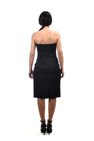 portrait complet d'une femme par derrière avec une robe à épaules dénudées sur blanc Banque d'images