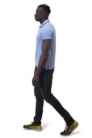 Afrikanischer Mann, der auf weißem Hintergrund geht