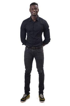 Retrato completo de un hombre africano con las manos cruzadas detrás