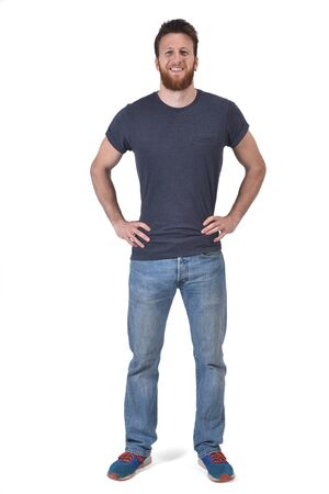 Retrato completo de un hombre con las manos en la cintura y sonriendo en blanco