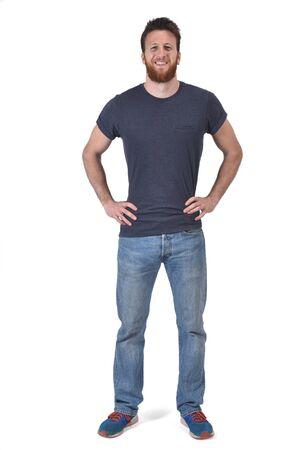 volledig portret van een man handen op de taille en lachend op wit