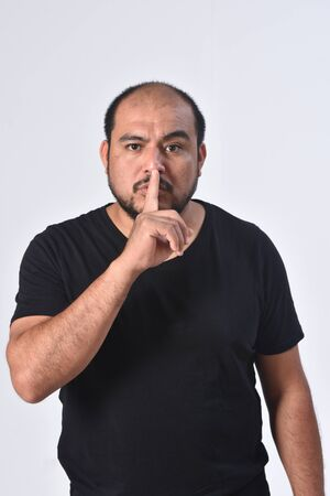 latin american man doing in silent silence with fingers Zdjęcie Seryjne