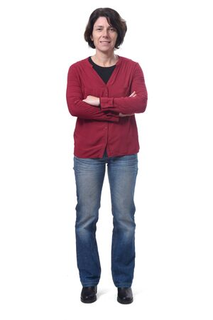 volledig portret van een vrouw die op een witte achtergrond staat, met gekruiste armen