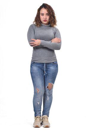 portrait complet de femme debout sur fond blanc, bras croisés, sérieux, Banque d'images