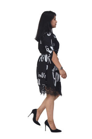 sideways of latin woman with dress and high heels walking on white background, 版權商用圖片 - 155047253