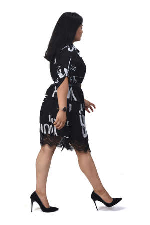 sideways of latin woman with dress and high heels on white background, arms crossed 版權商用圖片 - 155047273