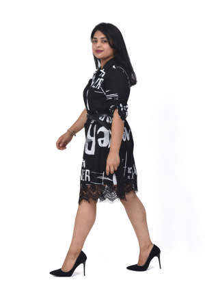 sideways of latin woman with dress and high heels on white background, arms crossed 版權商用圖片 - 155047287