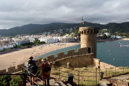 tourist on old town of the village of Tossa de Mar, Girona province, Catalonia, Spain 版權商用圖片 - 155807176
