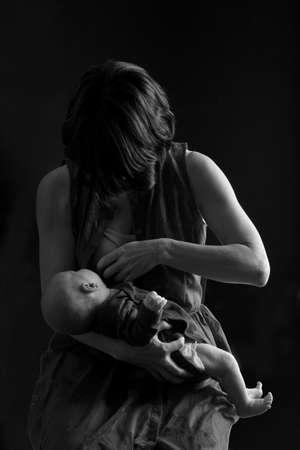 mother breastfeeding her child 版權商用圖片