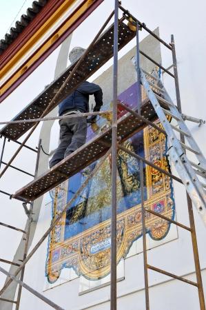 retablo: Trabajador de la construcci�n la colocaci�n de un retablo religioso azulejo