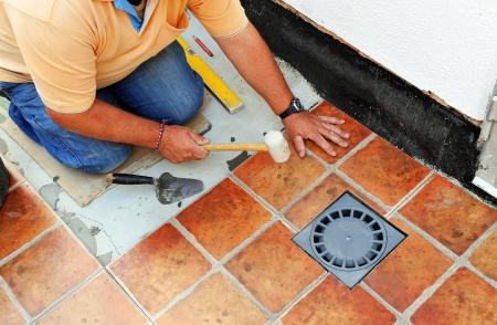 Bauarbeiter, der den Boden der Hof eines Hauses Standard-Bild - 22557240