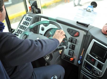 bus driver: El conductor del autob�s al volante del veh�culo