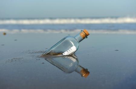 해변에 병에 메시지 스톡 콘텐츠