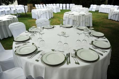 Tables rondes préparés pour un banquet de mariage Banque d'images - 24005139