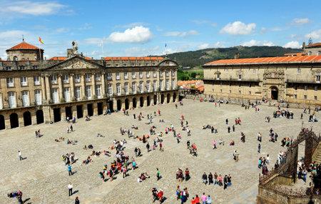 rajoy: Pilgrims in Santiago de Compostela, Obradoiro Square, Galicia, Spain Editorial