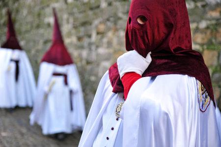 santa cena: Semana Santa en Baeza, Andaluc�a, nazarenos con velas en la mano, Espa�a