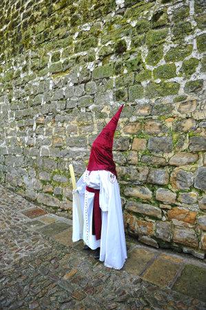 santa cena: Semana Santa en Baeza, Andalucía, nazarenos con velas en la mano, España