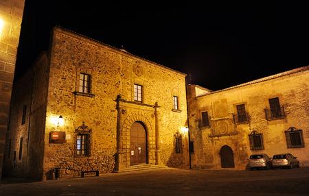edificación: Palacio Episcopal en la noche, ciudad monumental de C�ceres, Extremadura, Espa�a
