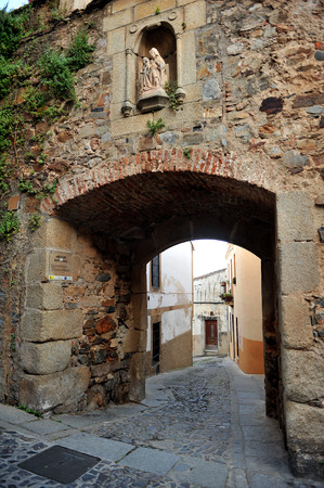 monumental: Arch of Santa Ana, Monumental city of Caceres, Extremadura, Spain Editorial