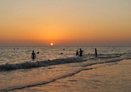 bathers: Bagnanti al tramonto sulla spiaggia di Costa Ballena, provincia di Cadice, Andalusia, Spagna