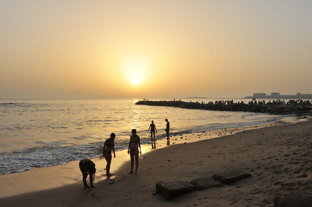 bathers: Bagnanti sulla spiaggia al tramonto, Cadice, Andalusia, Spagna