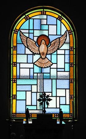 espiritu santo: El Esp�ritu Santo, vidriera, iglesia de Guadalupe, El Bosque, pueblos blancos de la Sierra de C�diz, Andaluc�a, Espa�a Editorial