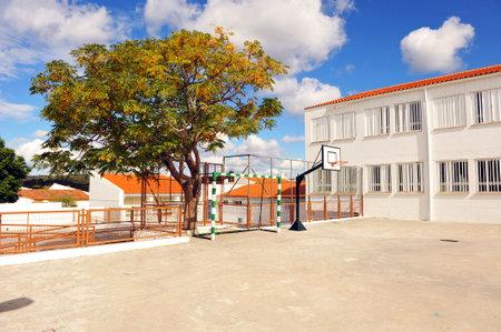 Basketbalveld, schoolplein, school reces