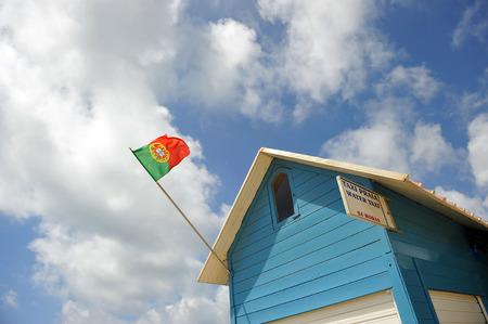 drapeau portugal: Bleu Cabine de plage avec drapeau du Portugal Banque d'images