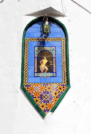 retablo: Retablo religioso de cer�mica de San Sebasti�n, Caaveral de Le�n, provincia de Huelva, Andaluc�a, Espa�a Foto de archivo