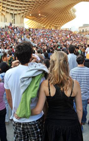 reclamos: Hombre joven y mujer en la multitud, la expresi�n popular, afirma la gente, Sevilla, Espa�a Editorial