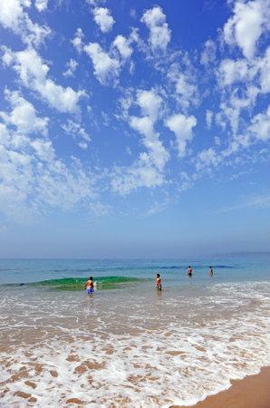 bathers: Bagnanti sulla spiaggia di Bolonia, Costa de la Luz, Cadice, Andalusia, Spagna Editoriali