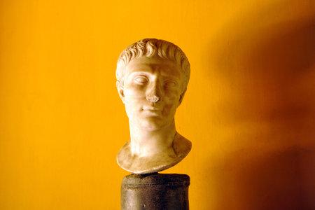 escultura romana: Escultura romana de una cabeza masculina, retrato de un ciudadano romano