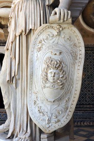escultura romana: Guerra escudo de Atenea, la escultura romana, la mitolog�a griega, el Palacio de Pilatos, Sevilla, Andaluc�a, Espa�a