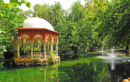 Duck pond and pavilion in Maria Luisa Park in Seville, Andalusia, Spain 免版税图像