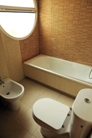 lavabo: A complete bathroom with bathtub and bidet