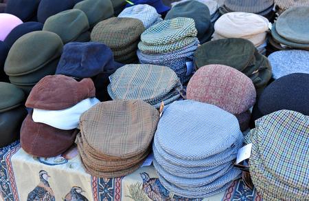 boinas: Boinas y gorras, calle del mercado, Andaluc�a, Espa�a
