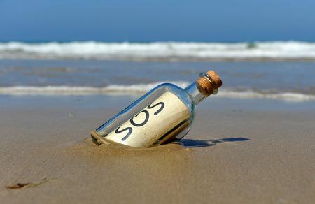 Meldung in einer Flasche, um Hilfe rufen Standard-Bild - 36791982