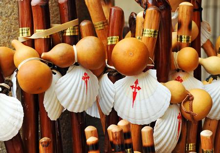 Oggetti attrezzature dei pellegrini, cammino di Santiago, Santiago de Compostela, Spagna Archivio Fotografico - 43553495