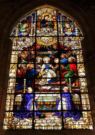 pfingsten: Pfingsten, Glasmalerei in der Kathedrale von Sevilla, Spanien