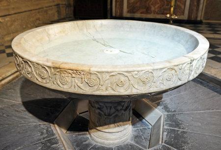 Grande fonte battesimale, la cattedrale gotica di Siviglia, Andalusia, Spagna