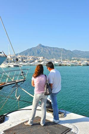literas: Pareja de turistas en Puerto Banús, Sierra Blanca, Marbella, Costa del Sol, Málaga, España Foto de archivo
