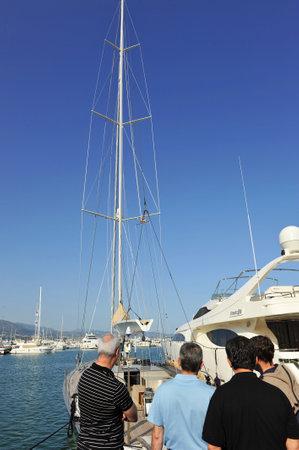 literas: Varios hombres que miran un barco de vela en el puerto deportivo, Marbella, Costa del Sol, provincia de Málaga, España Editorial