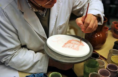 alfarero: Pintor de cerámica, alfarero trabaja en su taller Foto de archivo